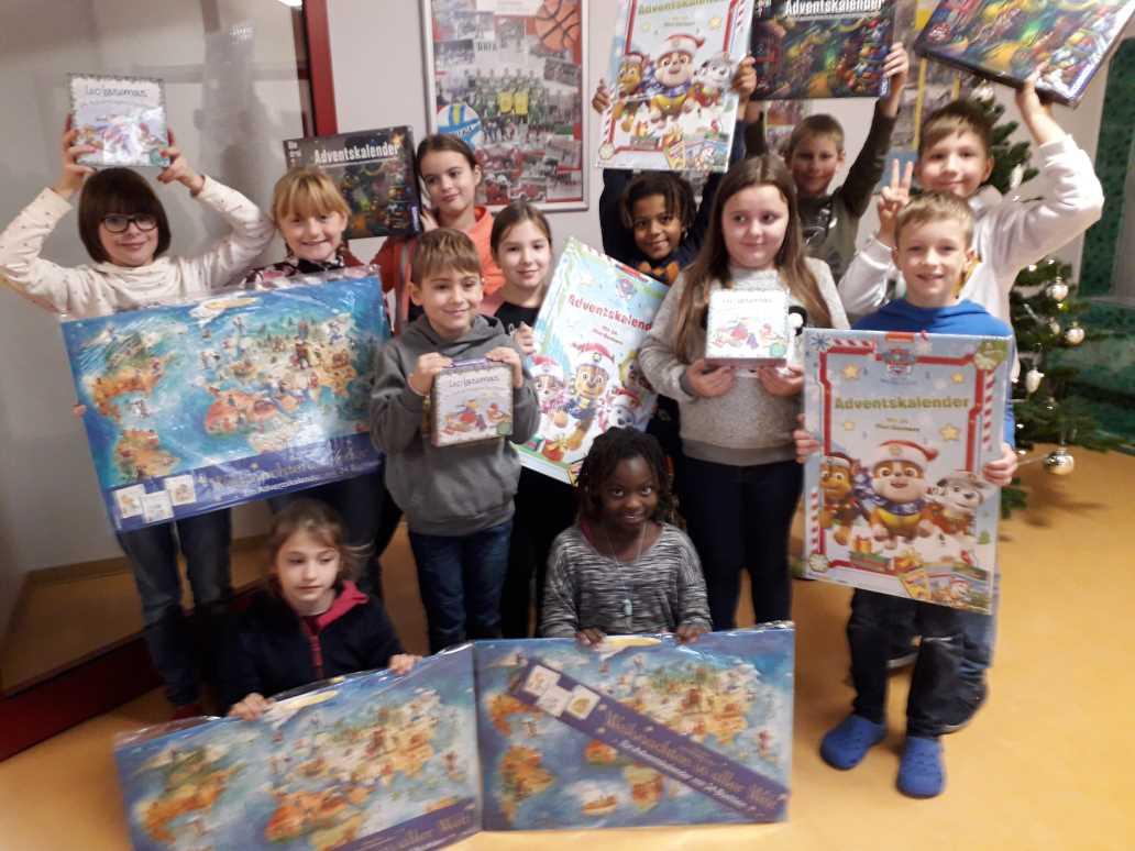 Kinder freuen sich auf Weihnachtskalender